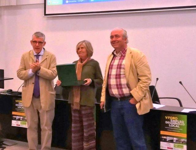 La técnico de Empleo y Desarrollo Local del Ayuntamiento de Totana, Isabel Morera, recibe el Premio Mejor Técnico de Desarrollo Local de este año, Foto 1