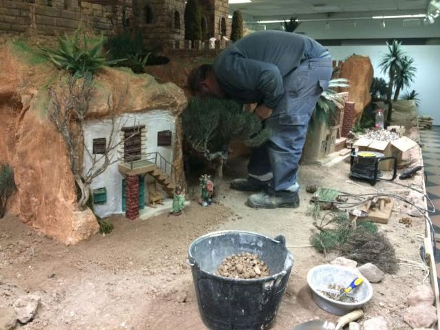 Operarios municipales trabajan ya en la construcción del nuevo Belén municipal 2016, Foto 5