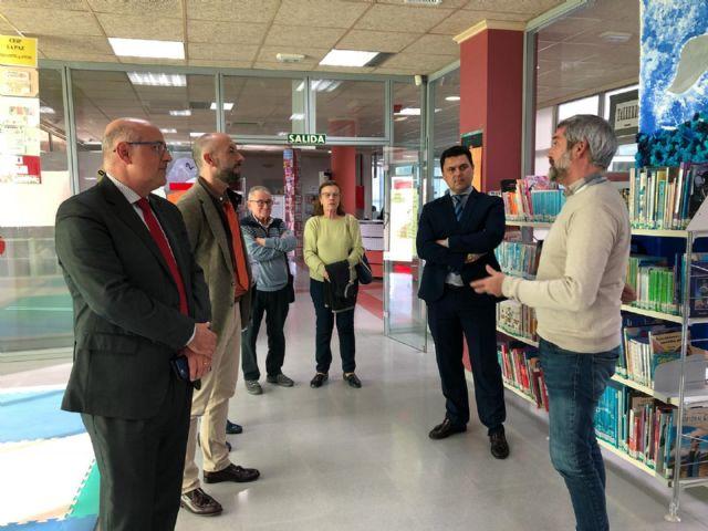 La Fundación Banco de Santander entrega los 6000 euros en metálico y 1700 en libros, del Premio concedido a la biblioteca de San Javier - 1, Foto 1