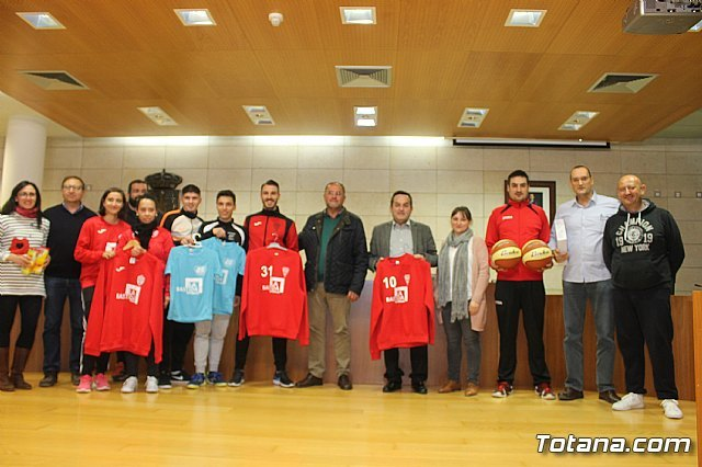 The bases of the football and futsal clubs of Totana promote in their sportswear the site of La Bastida