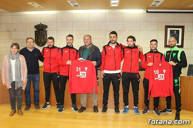 The bases of the football and futsal clubs of Totana promote in their sportswear the site of La Bastida, Foto 2