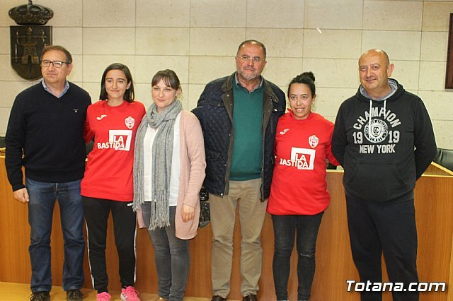 The bases of the football and futsal clubs of Totana promote in their sportswear the site of La Bastida, Foto 3