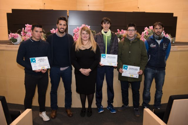 El ayuntamiento reconoce a los jóvenes voluntarios del municipio, Foto 1