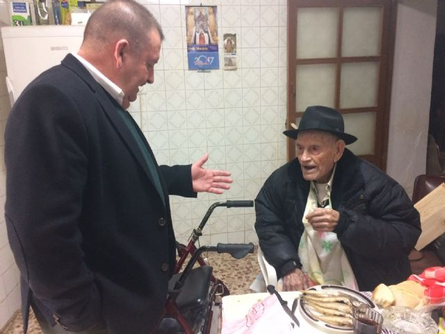 "The mayor congratulates the ""Tío Juan Rita"", the oldest neighbor of Totana, on the occasion of his 106th birthday, Foto 1"