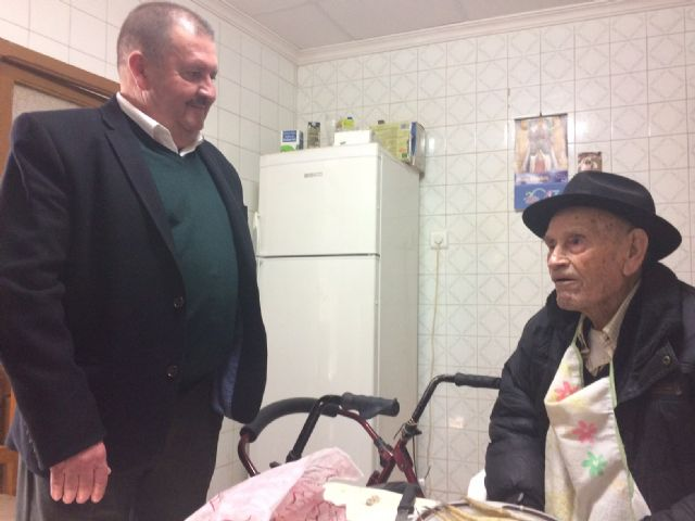 "The mayor congratulates the ""Tío Juan Rita"", the oldest neighbor of Totana, on the occasion of his 106th birthday, Foto 4"