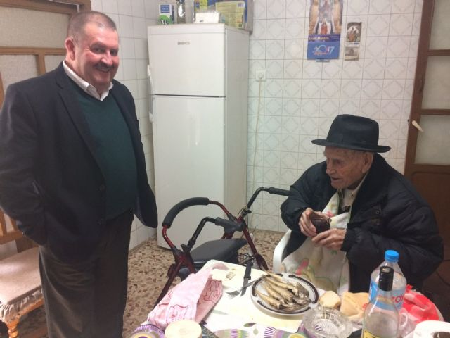 "The mayor congratulates the ""Tío Juan Rita"", the oldest neighbor of Totana, on the occasion of his 106th birthday, Foto 5"