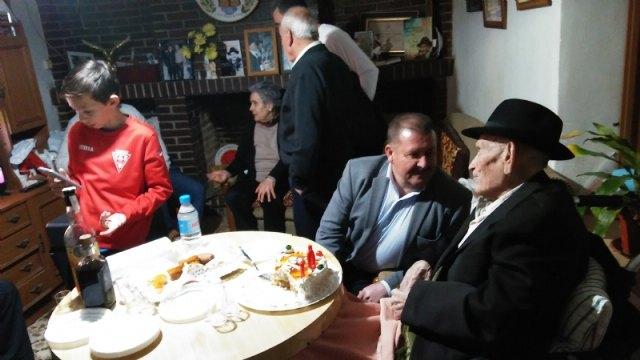 El alcalde felicita al Tío Juan Rita, el vecino más longevo de Totana e Hijo Adoptivo de la Ciudad, con motivo de su 107 cumpleaños - 3, Foto 3