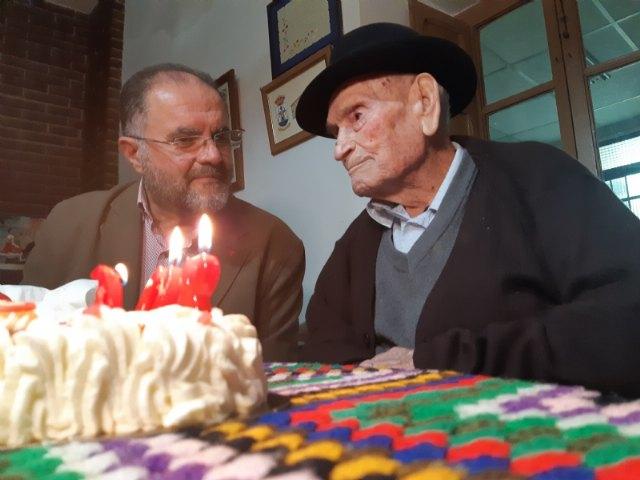 El alcalde felicita a Juan Tudela Piernas, el T�o Juan Rita, el vecino m�s longevo de Totana, con motivo de su 108 cumpleaños, Foto 1