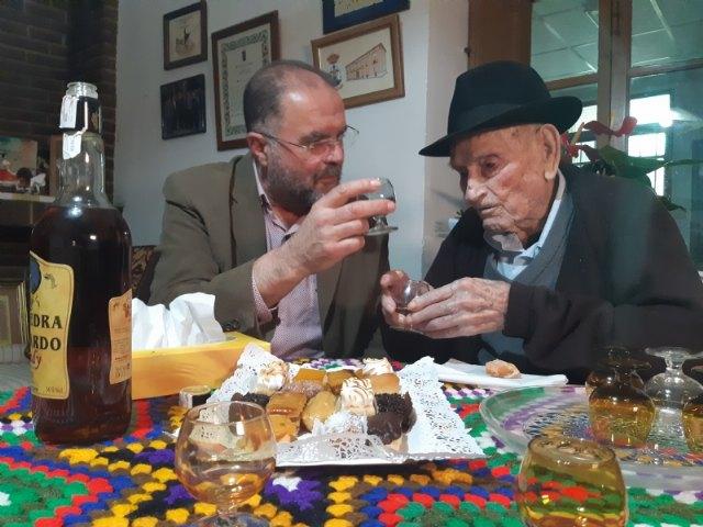 El alcalde felicita a Juan Tudela Piernas, el T�o Juan Rita, el vecino m�s longevo de Totana, con motivo de su 108 cumpleaños, Foto 2