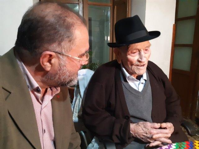 El alcalde felicita a Juan Tudela Piernas, el T�o Juan Rita, el vecino m�s longevo de Totana, con motivo de su 108 cumpleaños, Foto 3