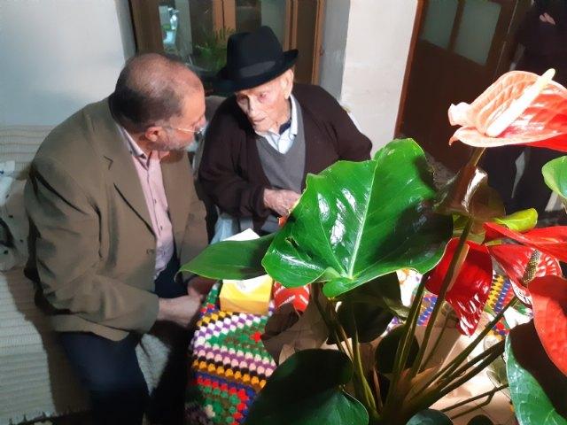 El alcalde felicita a Juan Tudela Piernas, el T�o Juan Rita, el vecino m�s longevo de Totana, con motivo de su 108 cumpleaños, Foto 4
