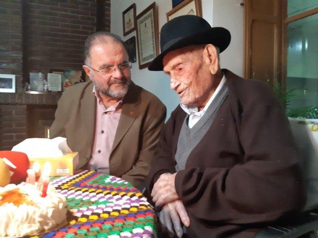 El alcalde felicita a Juan Tudela Piernas, el T�o Juan Rita, el vecino m�s longevo de Totana, con motivo de su 108 cumpleaños, Foto 5
