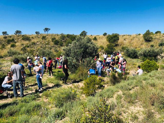 Más de medio centenar de trabajadores de la compañía murciana y sus familiares compartieron una jornada marcada por la concienciación, en la que se plantaron en torno a 200 árboles y arbustos de diferentes especies autóctonas - 2, Foto 2