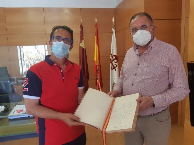[El presidente de FEDER entrega al alcalde el Libro de Oro de la Ciudad firmado por SM la Reina tras su visita al municipio
