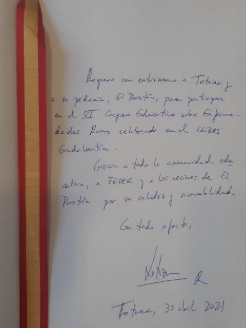 El presidente de FEDER entrega al alcalde el Libro de Oro de la Ciudad firmado por SM la Reina tras su visita al municipio - 3, Foto 3