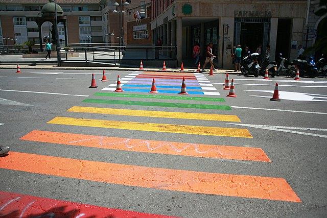 Finalizan los trabajos de repintado de los pasos de peatones con los colores de la bandera arcoíris en la plaza de la Constitución para concienciar de los derechos del colectivo LGTBI, Foto 2