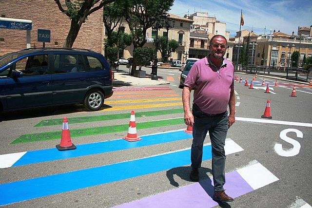 Finalizan los trabajos de repintado de los pasos de peatones con los colores de la bandera arcoíris en la plaza de la Constitución para concienciar de los derechos del colectivo LGTBI - 3, Foto 3