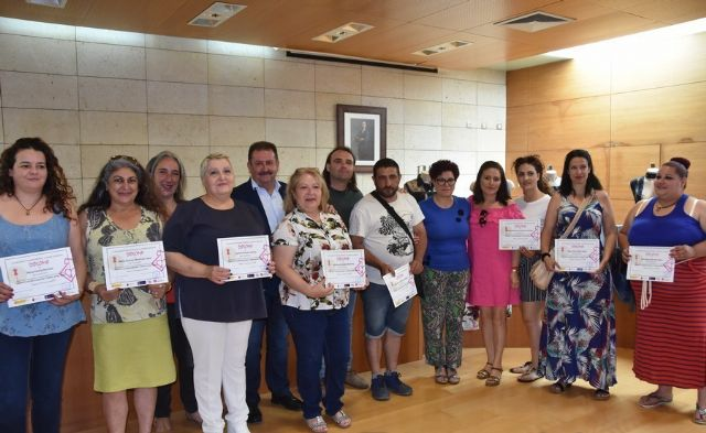 """A total of ten people participate in the """"Walk between fabrics"""" program promoted by the Abraham Project Association to promote their socio-labor insertion"""
