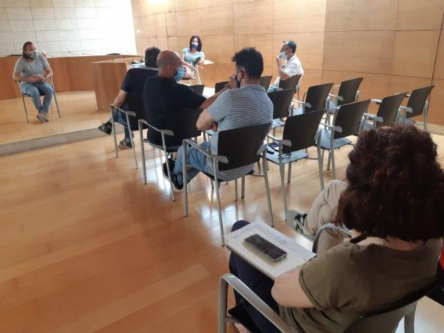 El concejal de Comercio y los portavoces municipales se reúnen con las asociaciones de comerciantes y hosteleros
