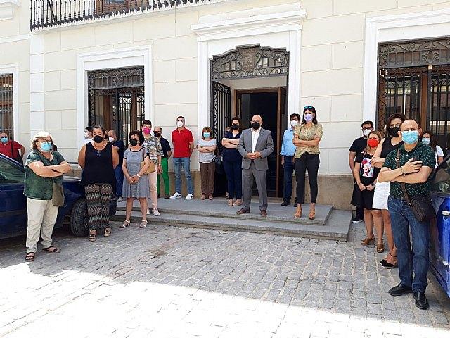 Corporación y funcionarios se concentran a las puertas del ayuntamiento contra la violencia machista - 1, Foto 1