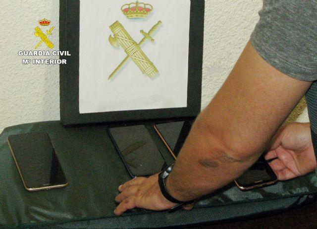 La Guardia Civil desmantela un grupo delictivo dedicado a la sustracción y comercialización ilícita de teléfonos móviles, Foto 3