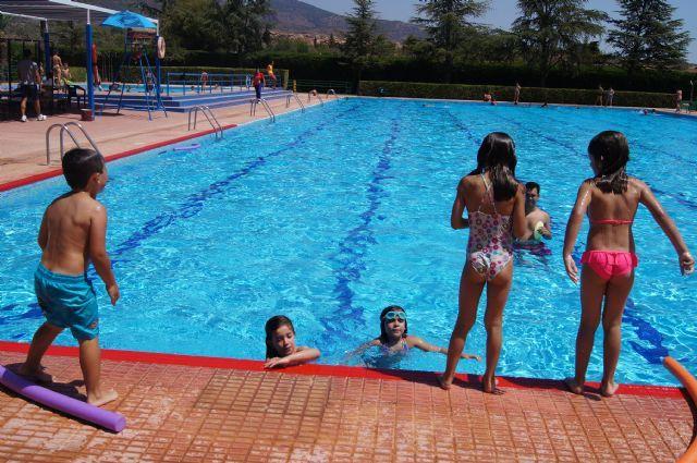 Continúan las actividades deportivas para jóvenes y adultos en las piscinas municipales dentro del programa
