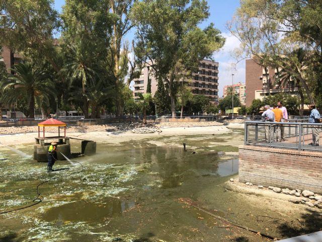 El Ayuntamiento realiza una limpieza exhaustiva de los principales lagos de Murcia. - 1, Foto 1