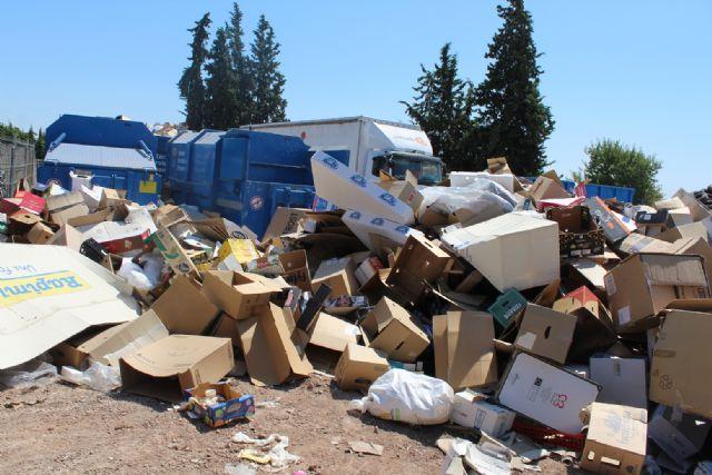 Se insta a los ciudadanos a utilizar el ecoparque municipal antes de hacer un mal uso de los contenedores distribuidos por el casco urbano y su extrarradio - 2, Foto 2