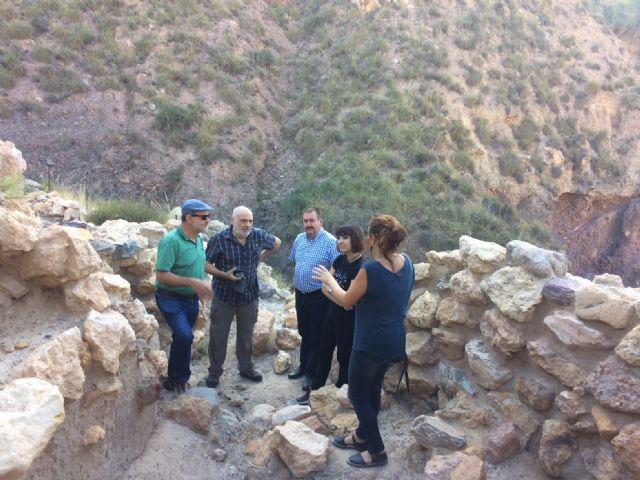 Técnicos de Patrimonio Histórico de la Comunidad Autónoma evalúan el estado de la muralla del yacimiento arqueológico de La Bastida - 1, Foto 1