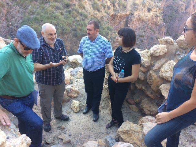 Técnicos de Patrimonio Histórico de la Comunidad Autónoma evalúan el estado de la muralla del yacimiento arqueológico de La Bastida - 2, Foto 2