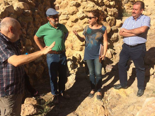 Técnicos de Patrimonio Histórico de la Comunidad Autónoma evalúan el estado de la muralla del yacimiento arqueológico de La Bastida - 3, Foto 3