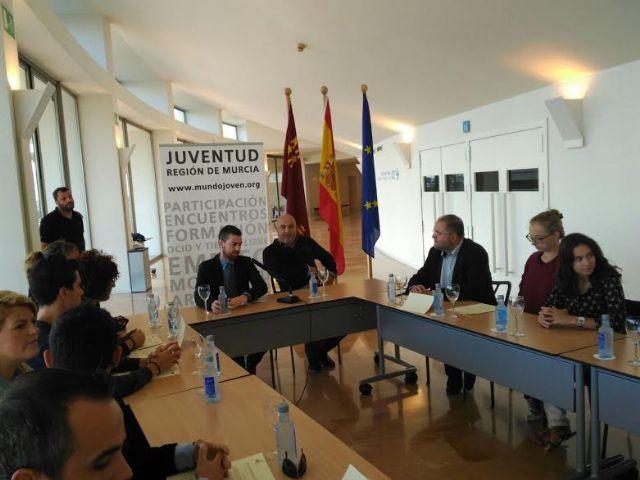 El Ayuntamiento suscribe el convenio para posibilitar la realizaci�n de pr�cticas formativas a dos j�venes europeas en esta entidad local, Foto 1