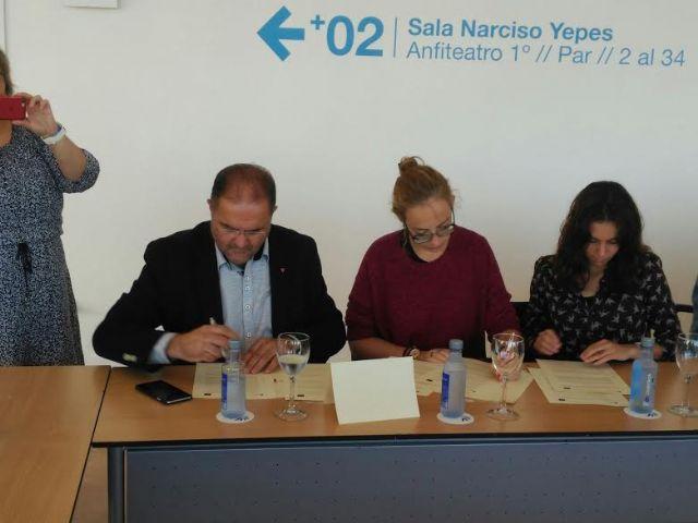 El Ayuntamiento suscribe el convenio para posibilitar la realizaci�n de pr�cticas formativas a dos j�venes europeas en esta entidad local, Foto 3
