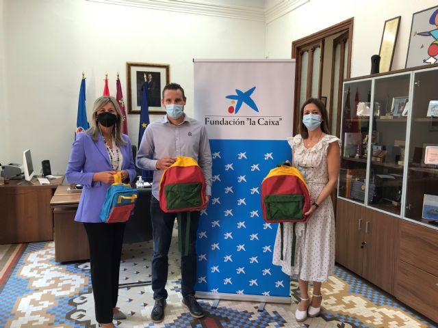 Alumnos de Águilas en situación de vulnerabilidad han vuelto a clase con nuevo material escolar gracias a la Fundación la Caixa y CaixaBank - 1, Foto 1