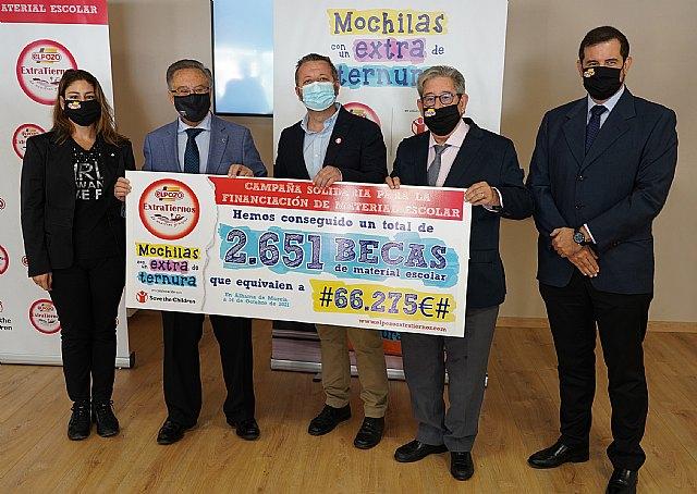 Momento de la entrega del cheque solidario   , Foto 1