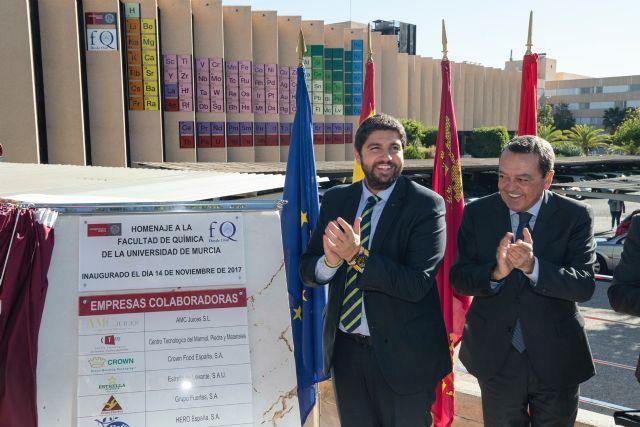 Fernando López Miras inaugura la tabla periódica instalada en la fachada de la Facultad de Química de la Universidad de Murcia, Foto 1