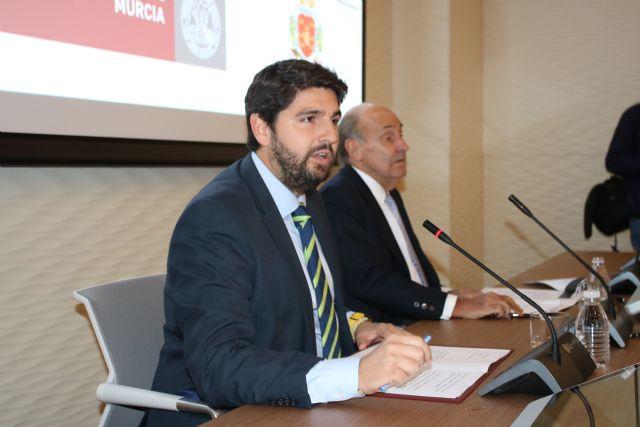 López Miras asiste a la conferencia ´Europa, ¿un proyecto en crisis? ´ a cargo de Miquel Roca Junyent, Foto 2