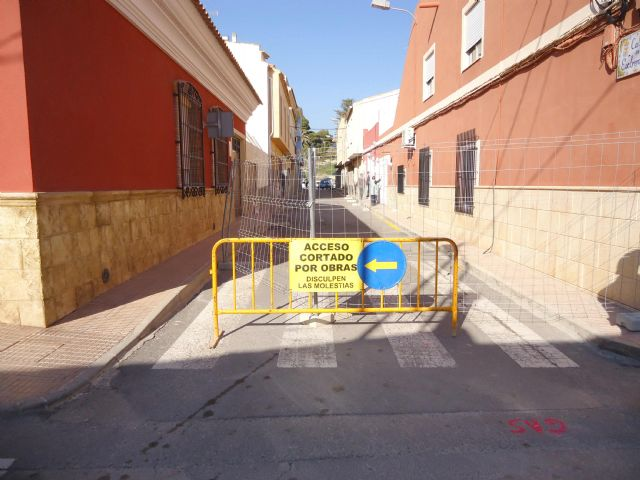 The renovation works of the network and sewage connections in the Callejón of the Guadalentín Valley and Extremadura streets are started