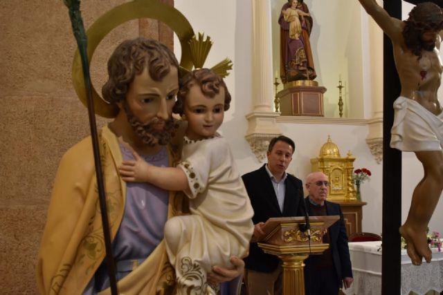 El Alcalde entrega a la iglesia de San José una nueva talla de Nuestra Señora de la Aurora, así como las esculturas restauradas del patrón del barrio y de Cristo Crucificado - 1, Foto 1