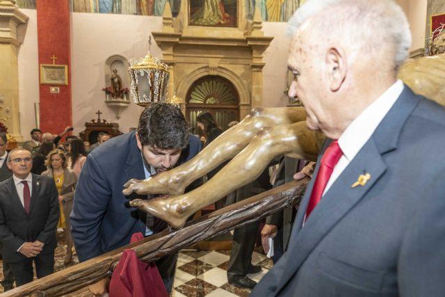 El presidente Fernando López Miras asiste al tradicional besapié a la imagen del Santísimo Cristo del Perdón - 1, Foto 1