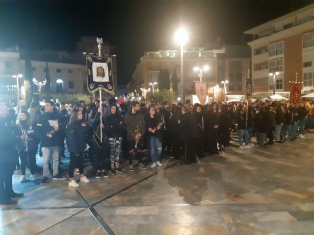 Cientos de velas se unieron para formar las siglas de AELIP, en la VI Velada por las Lipodistrofias celebrada en Totana, Foto 1