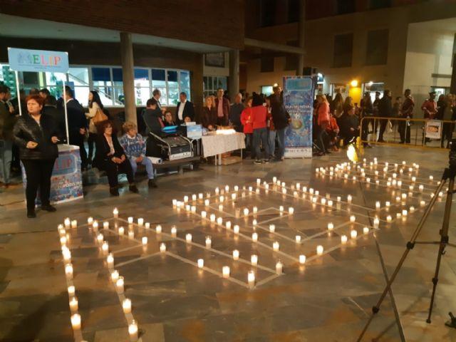 Cientos de velas se unieron para formar las siglas de AELIP, en la VI Velada por las Lipodistrofias celebrada en Totana, Foto 3