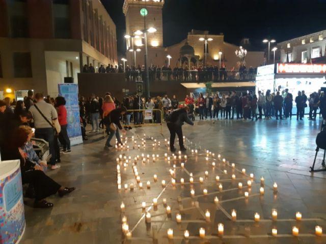 Cientos de velas se unieron para formar las siglas de AELIP, en la VI Velada por las Lipodistrofias celebrada en Totana, Foto 4