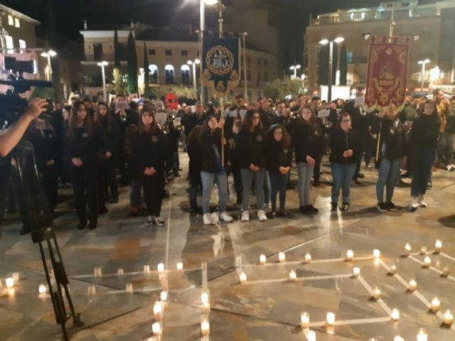 Cientos de velas se unieron para formar las siglas de AELIP, en la VI Velada por las Lipodistrofias celebrada en Totana, Foto 6