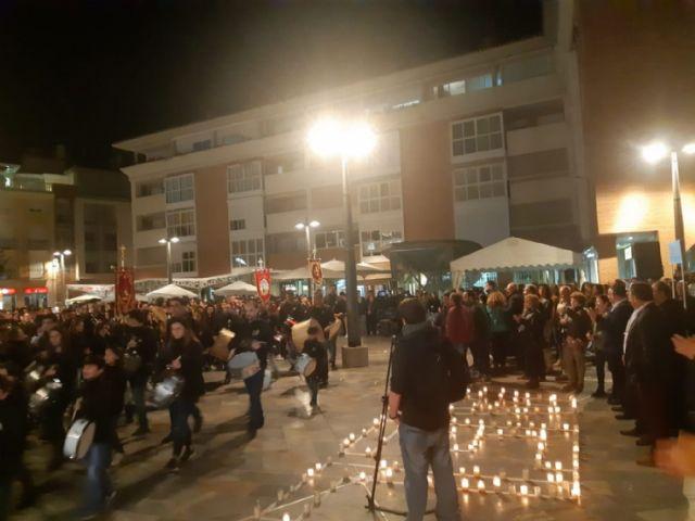 Cientos de velas se unieron para formar las siglas de AELIP, en la VI Velada por las Lipodistrofias celebrada en Totana, Foto 7