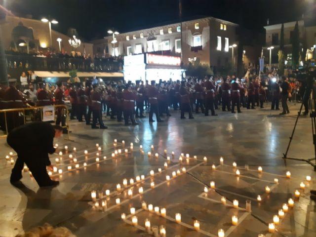Cientos de velas se unieron para formar las siglas de AELIP, en la VI Velada por las Lipodistrofias celebrada en Totana, Foto 8