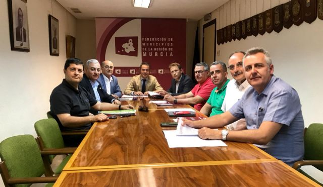 La FMRM y los sindicatos firman un acuerdo histórico para regular y estabilizar el empleo temporal en los ayuntamientos, Foto 1