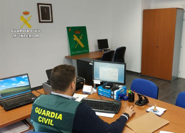 La Guardia Civil detiene/investiga a dos personas dedicadas a cometer robos y hurtos por el método del abrazo cariñoso, Foto 1