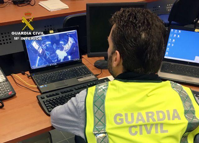 La Guardia Civil detiene/investiga a dos personas dedicadas a cometer robos y hurtos por el método del abrazo cariñoso, Foto 2