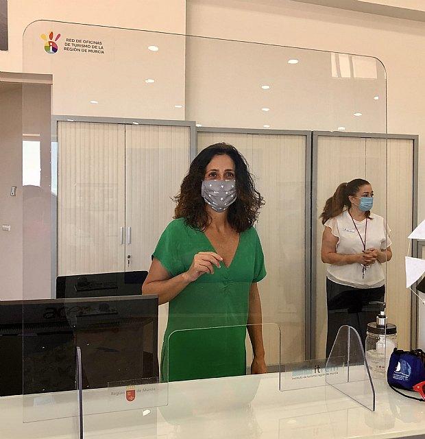 Turismo destina 6.300 euros para instalar mamparas y códigos QR en la red de oficinas de la Región - 1, Foto 1